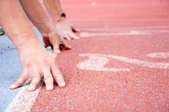 Corredores no início da pista de atletismo Imagens de Stock Royalty Free