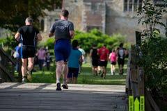 Corredores no Triathlon do castelo de Hever foto de stock