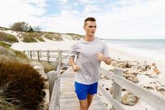 corredores Pares jovenes que corren en la playa Fotos de archivo
