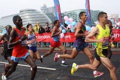 Corredores principales en el maratón 2010 de Londres. Imagen de archivo libre de regalías