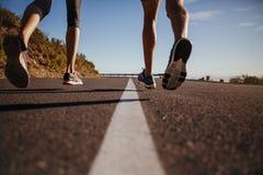 Corredores que corren en el camino Fotos de archivo
