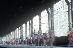 Corredores que cruzam a ?a ponte da rua de Avenue/59th Foto de Stock Royalty Free