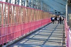 Corredores que cruzam a ponte de Williamsburg em New York City Foto de Stock