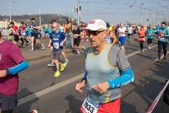 Corredores que participan en el medio marat?n de Praga imagen de archivo libre de regalías