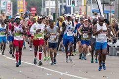 Corredores que participan en los camaradas Marathon en Suráfrica Fotografía de archivo