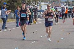 Corredores que participan en los camaradas Marathon en Suráfrica Imágenes de archivo libres de regalías