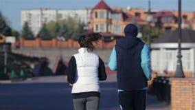 Corredores sanos que corren en paisaje urbano de la ciudad almacen de metraje de vídeo