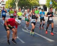 Corredores, uno de ellos que se colocan, en Berlin Marathon 2014 Imagen de archivo libre de regalías