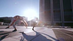 Corredores urbanos que practican el parkour en la ciudad almacen de metraje de vídeo