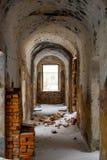 Corredores vazios de uma construção abandonada da prisão do final do século XIX fotografia de stock