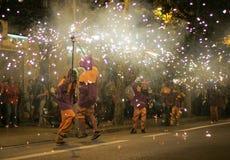 Correfocs巴塞罗那(Firerunners在巴塞罗那) 免版税库存图片