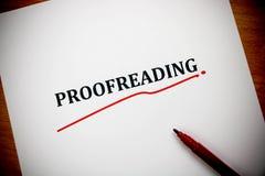 Corregir palabra en la hoja blanca con la pluma roja Imagen de archivo