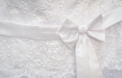 Correia branca com o vestido de casamento do bowknot Foto de Stock