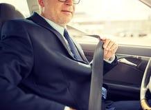 Correia de banco de carro superior da assegura??o do homem de neg?cios foto de stock royalty free