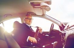 Correia de banco de carro superior da asseguração do homem de negócios imagens de stock royalty free