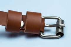 Correia de couro artificial marrom fêmea no fundo branco imagem de stock royalty free