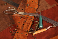 Correia de couro da camurça no fundo no estúdio Imagem de Stock