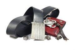 Correia de couro preta, curvatura do vintage, anel de prata do crânio Imagens de Stock Royalty Free