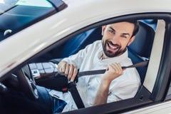 Correia de segurança da asseguração do homem no carro foto de stock royalty free