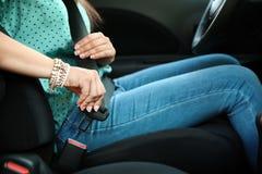 Correia de segurança da asseguração da mulher no carro imagem de stock royalty free