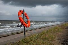 Correia de vida sob nuvens de tempestade, o Wirral, Inglaterra Fotografia de Stock Royalty Free