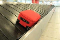 Correia do convayor da bagagem da mala de viagem da reivindicação de bagagem em chegadas do aeroporto imagens de stock royalty free