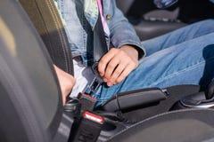 Correia fêmea de Attaching Safety Seat do motorista em um carro foto de stock royalty free