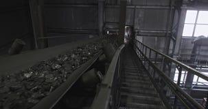 Correia transportadora com tiro de carvão no movimento lento Há carvão no transporte de correia Carv?o da correia transportadora  vídeos de arquivo