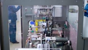 Correia transportadora da fábrica farmacêutica Técnicos que trabalham no producti farmacêutico video estoque