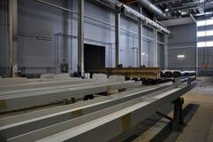 Correia transportadora da linha de produção dos veículos na fabricação imagens de stock