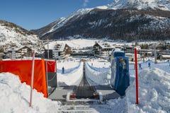 A correia transportadora de ascensão ao novatos corre para crianças e pais na estância de esqui com as montanhas no fundo Fotos de Stock