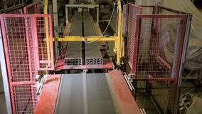 Correia transportadora de uma máquina da produção dos tijolos em uma linha de produção da fábrica video estoque