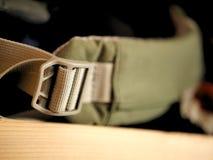 Correia verde e cinzenta da trouxa para acampar, caminhar, e backpacking foto de stock