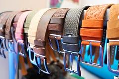 Correias de couro dos homens na loja Foto de Stock