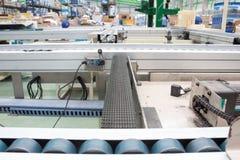 Correias transportadoras na linha de produção da fábrica foto de stock royalty free