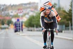 Correio da bicicleta na rua da cidade Fotografia de Stock Royalty Free