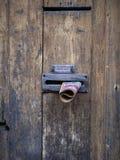 Correio não solicitado na porta, Cremona, Itália Fotografia de Stock