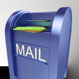 Correio na correspondência entregada exibição da caixa postal Imagens de Stock