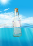 Correio no flutuador da garrafa no oceano, conceito de uma comunicação Imagens de Stock Royalty Free