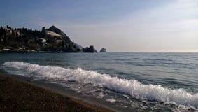 Correndo à costa uma grande onda no Mar Negro fotografia de stock