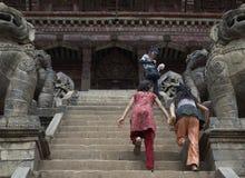 Correndo acima escadas do templo em Bhaktapur Imagem de Stock