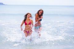 Correndo alla spiaggia Fotografia Stock