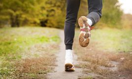 Correndo ao longo de um trajeto do parque, de uns cuidados médicos e de um conceito do problema - close-up de uma pessoa infeliz  imagens de stock
