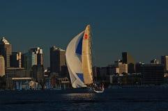 Correndo barca a vela illuminata dagli ultimi raggi del sole Immagini Stock