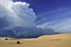 Correndo in dune Fotografie Stock Libere da Diritti