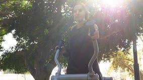 Correndo il giorno soleggiato dell'attrezzatura dell'istruttore della via fotografia stock libera da diritti