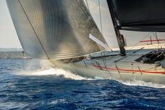 Correndo l'yacht di navigazione che va velocemente nel mar Mediterraneo Fotografia Stock