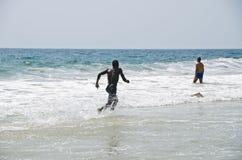 Correndo lungo la spiaggia Fotografia Stock
