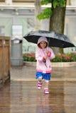 Correndo nella pioggia Immagini Stock Libere da Diritti