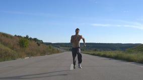 Correndo o homem do corredor que movimenta-se na estrada Formação masculina do atleta do esporte exterior no verão Indivíduo musc vídeos de arquivo